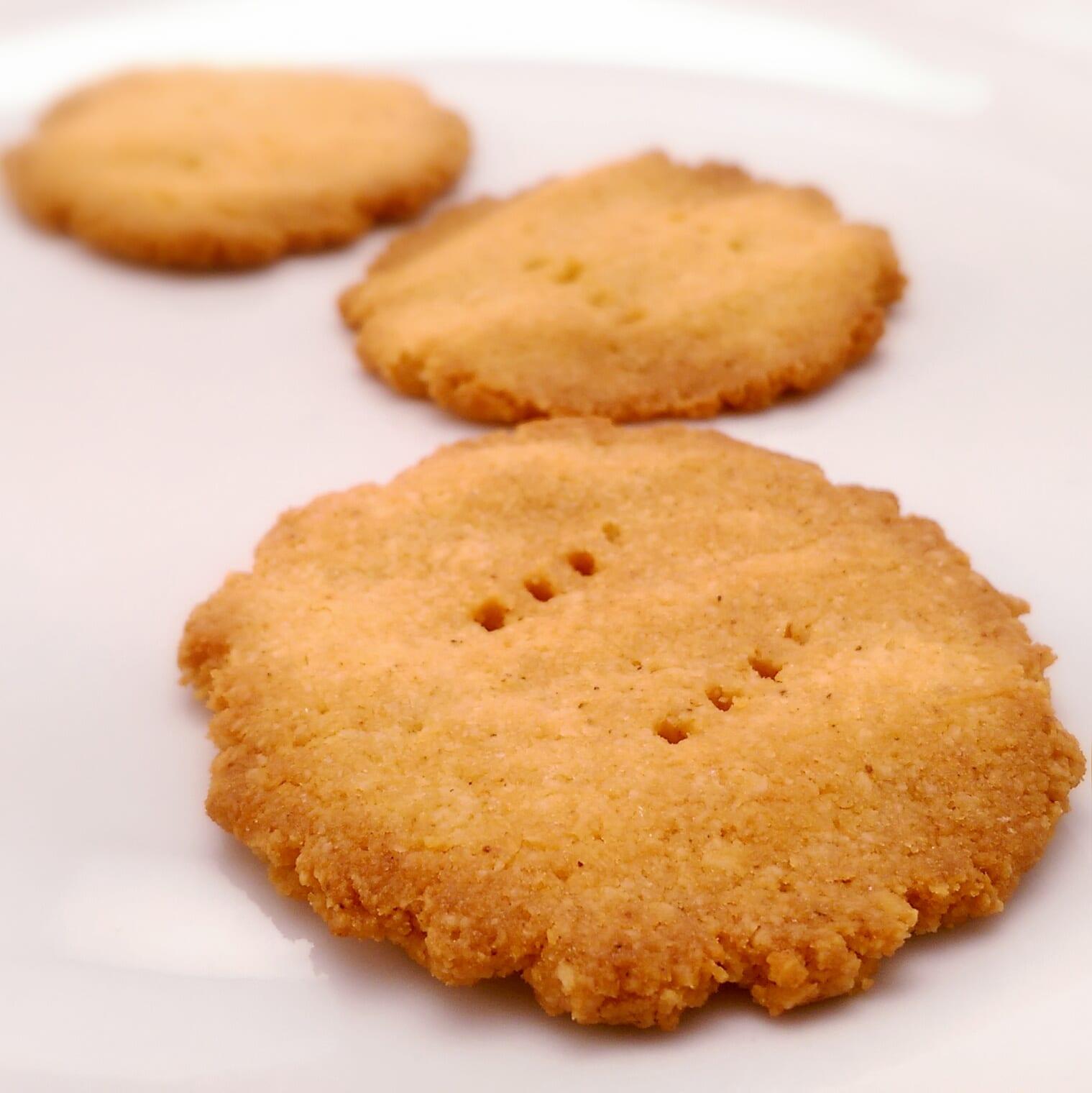 Savoury coconut crackers
